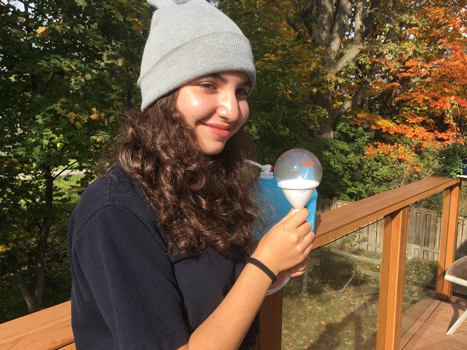 Sophia joue avec des bulles fantômes