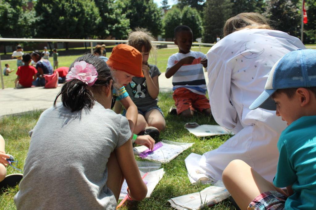 Enfants au camp dehors