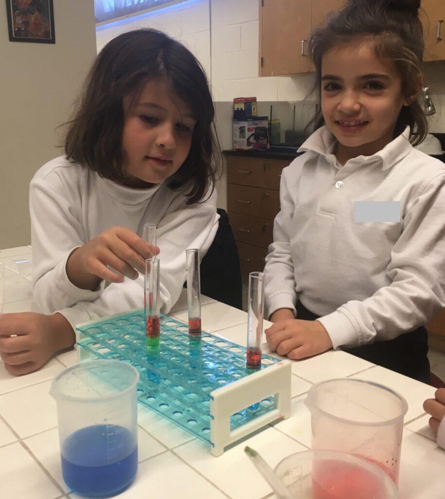 Deux filles font de la chimie